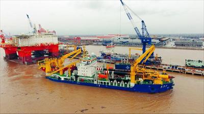 """图为1月9日,完成试验的""""天鲲号""""停靠在船厂。新华社发"""