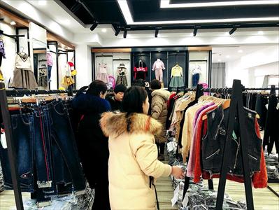 图:服装城各大市场内的商铺忙着出样、接待客户。