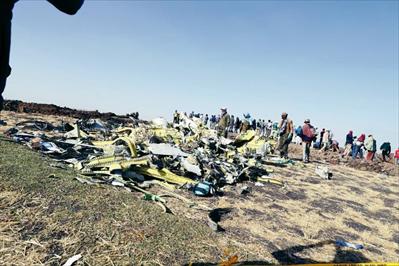 图:3月11日,在埃塞俄比亚首都亚的斯亚贝巴附近,人们聚集在坠机现场。新华社发