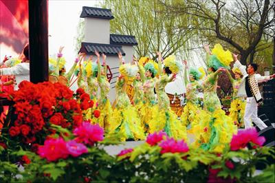 图:牡丹花会开幕式演出亮点纷呈,融入创意元素的文艺表演吸引游客观赏。