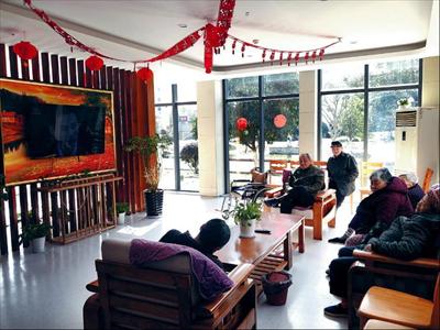 图:老人们在大厅里看电视。
