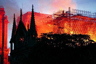 图:4月15日,在法国巴黎,巴黎圣母院燃起大火。新华社记者 高静摄