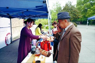 图:市民游客感受常熟茶文化。