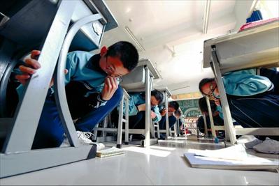 图:5月12日,邢台市第八中学学生在进行模拟防震减灾演练。新华社记者朱旭东摄