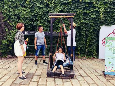 图:横泾老街前,投壶、称重等趣味互动活动吸引游客。本报记者 李献 戴晓怡摄