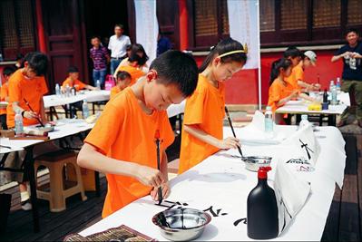 图:孩子们在大成殿前进行书法比赛。
