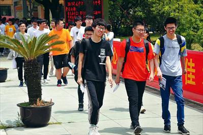 高考最后一科考试结束后,省中考点的考生们陆续走出考场。本报记者 李献摄