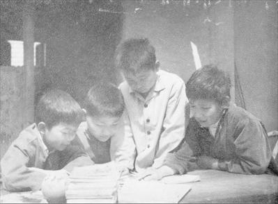 图:上世纪70年代,邵云生儿子——邵国庆在自家院落的水泥板上与同村好友商讨回家作业。