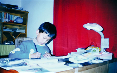 图:上世纪90年代,邵云生孙子——邵可凡在自己家中书房做功课。