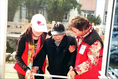 图:张林宝(右)与同事一起帮扶困难群众。