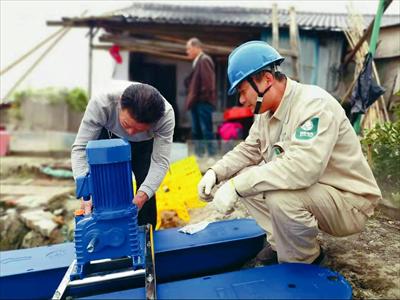 圖:沙家浜供電所工作人員正在為養殖戶檢修設備。