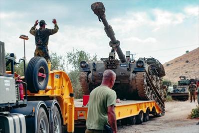 图:8月31日,在以色列与黎巴嫩边境附近,以色列士兵运送军车。新华社发