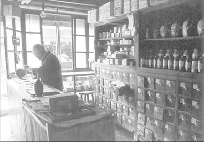 图:爷爷工作的中药店。