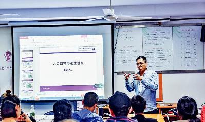 图:朱伟在进行救援知识讲座。