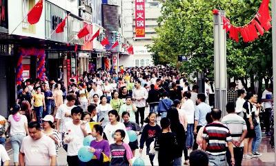 國慶期間,方塔東街迎來如織人潮。本報記者 朱琪攝