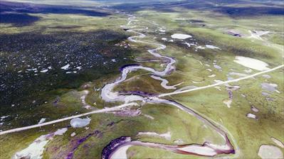 这是8月6日无人机拍摄的位于青海省玉树藏族自治州杂多县的长江南源当曲河道。新华社发