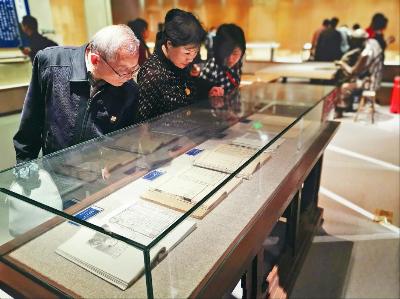 图:专家、市民争相观赏珍贵古籍。