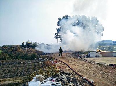 大图:20日中午,消防队员在灭火。
