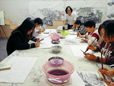 圖:11月1日晚,在莊劍剛名家工作室,學員們正認真練習國畫。