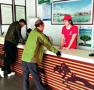 图:范蓉(右)正在进行志愿服务。